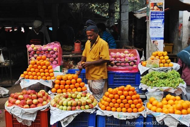 রাস্তার পাশের অস্থায়ী ফলের দোকান। নবাবগঞ্জ