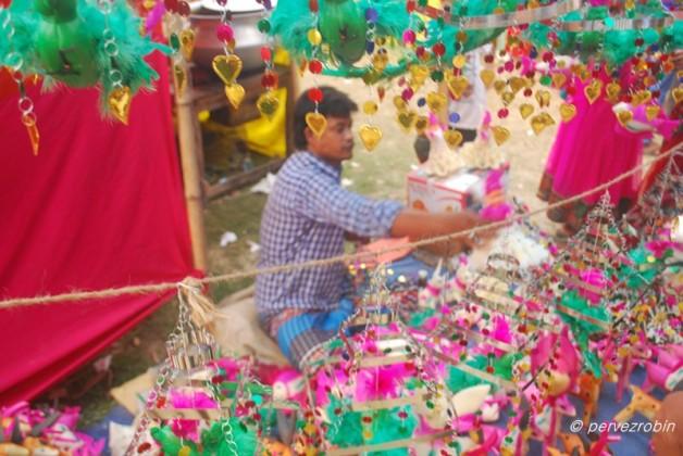 বাচ্চাদের আকর্ষণ এই পুতুলগুলো, নবাবগঞ্জ