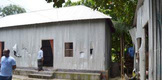 নবাবগঞ্জে পীরের আস্তানায় এলাকাবাসীর ভাংচুর