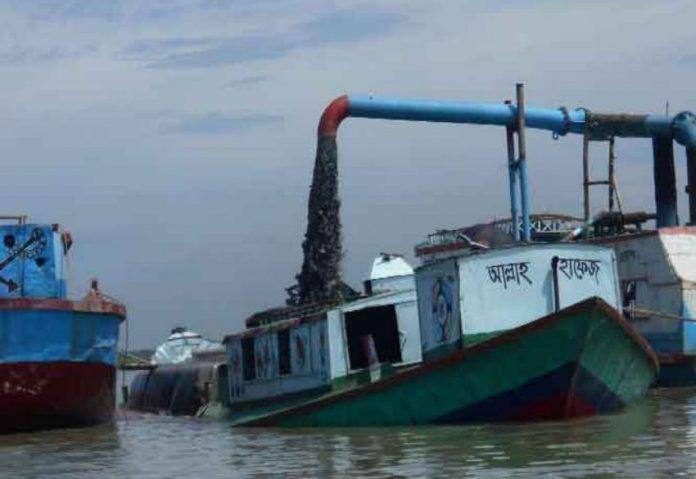 নবাবগঞ্জে ইছামতি নদীর অবৈধ বালু উত্তোলন বন্ধ হচ্ছে না