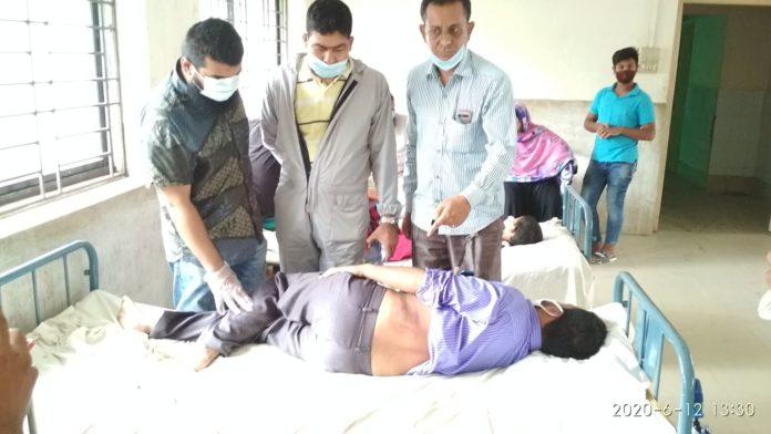 সন্ত্রাসী হামলায় আহতের শিকার সাংবাদিককে দেখতে হাসপাতালে দোহারের প্রেসক্লাব সভাপতি সেক্রেটারী