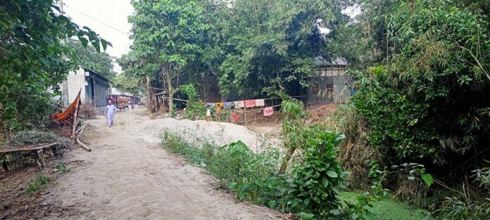 দোহারে সরকারি খাল মাটি দিয়ে ভরাট ; খাস জমি দখলের পায়তারা
